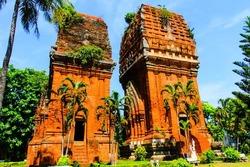 Du lịch Quy Nhơn ngắm nhìn tòa tháp đôi lung linh ngày hội